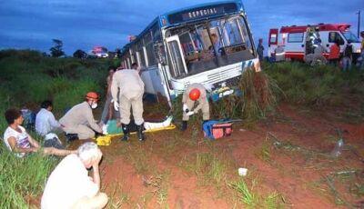 Ônibus com trabalhadores rurais de Nova Andradina cai em ribanceira entre Batayporã e Anaurilândia