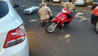 Condutor de Biz bate em carro e fica ferido no centro de Nova Andradina