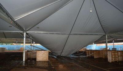 Vendaval faz parte da estrutura da Feira do Parque dos Ipês ceder
