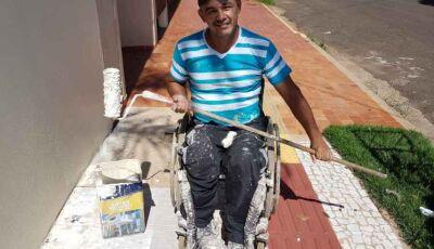 Bala perdida mudou para sempre vida de pintor que agora trabalha em cadeira de rodas