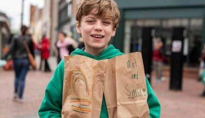 Garoto de 12 anos distribui milhares de refeições a desabrigados