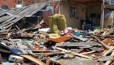 Enxurrada derruba casa e provoca pânico e destruição