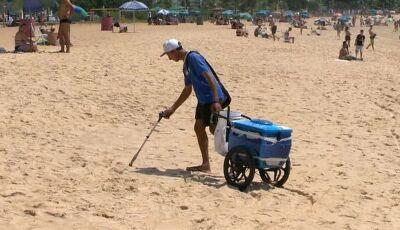 Desempregado vende picolés e limpa lixo das praias