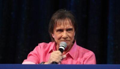 Roberto Carlos vestiu rosa e se mostrou contrário a projeto de Jair Bolsonaro