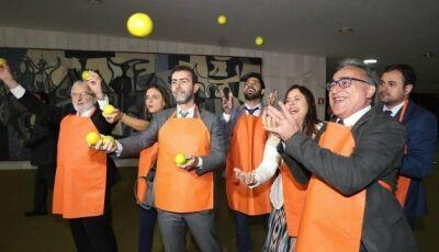 Deputados do PSOL distribuem laranjas na chegada de Bolsonaro à Câmara