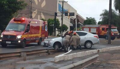 Após colisão, carro é arrastado por quase 19 metros e para em canteiro