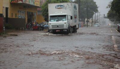 """Chuva intensa transforma ruas de Nova Andradina em """"rios"""""""