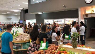Jovens adventistas emocionam clientes em supermercados de Nova Andradina