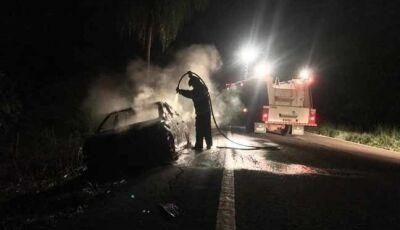 Carro de passeio fica destruído em incêndio na região de Ivinhema
