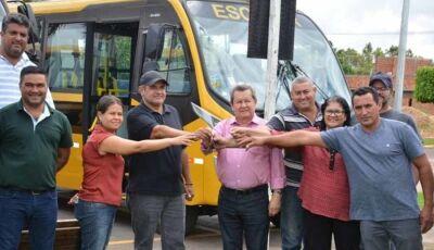 Deputado Onevan oficializa entrega de ônibus escolar em Taquarussu