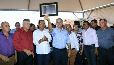 Reinaldo Azambuja recebe título de 'Cidadão Vicentinense' durante entrega das 100 Casas em Vicentina