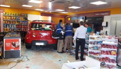 Carro invade loja de conveniência e atropela cliente que estava com criança