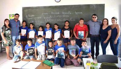 Prefeito Marquinhos do Dedé distribui materiais escolares para alunos em Vicentina