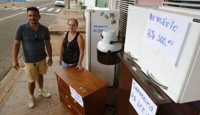 Casal de Campo Grande quer vender todos os móveis para viver na praia