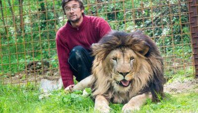 O homem que morreu ao ser atacado por leão que criava no quintal de casa
