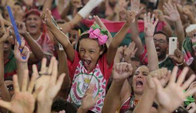 Debaixo de chuva e sem luz, Mangueira comemora título do carnaval 2019
