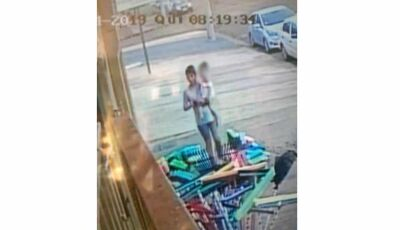 Mulher com criança no colo é suspeita de furtar celular de dona de loja. Vídeo