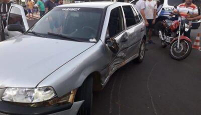 Acidente entre carro e moto deixa mulher ferida no centro de Glória de Dourados