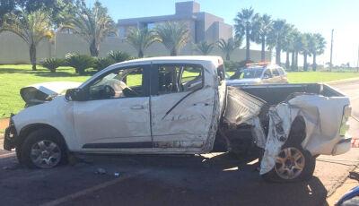 Bêbado, motorista perde controle de camionete e derruba coqueiro em canteiro central de Dourados