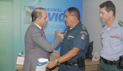 Coronel David homenageia militar pelos 30 anos de serviços prestados por MS