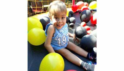 Mãe faz rifa para viajar com filho de 5 anos a Curitiba e realizar cirurgia para corrigir coluna