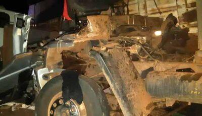 Mecânicos morrem esmagados em colisão de caminhões em MS