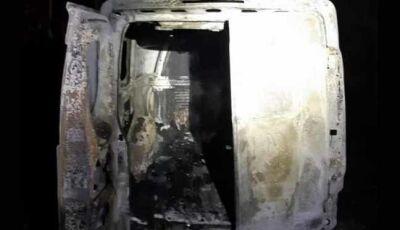 Ambulância é destruída pelo fogo após colidir com uma vaca em Nova Alvorada