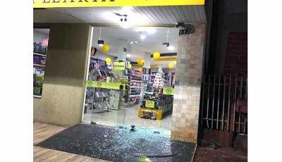 Ladrões arrombam porta de vidro e invadem papelaria em Caarapó