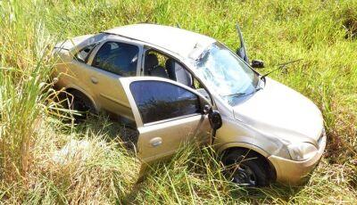 IVINHEMA: Carro capota na MS-276 com ferimentos no motorista