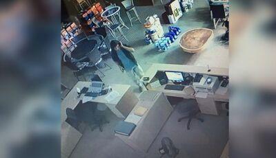 IVINHEMA: Câmeras flagram ação de ladrão furtando loja de Materiais para Construção (VÍDEO)