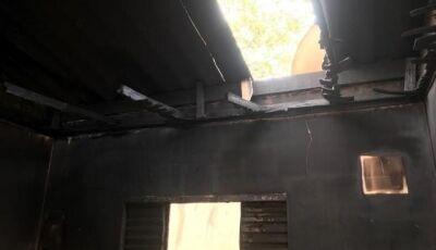 Suspeito de queimar casa com homem dentro é preso ao procurar polícia