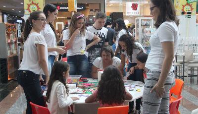 Páscoa é comemorada com oficina pedagógica com acadêmicos da UNIGRAN no shopping de Dourados
