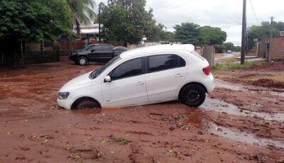Com chuva, ruas viram rios e buracos engolem carros, problemas para todo lado em Deodápolis