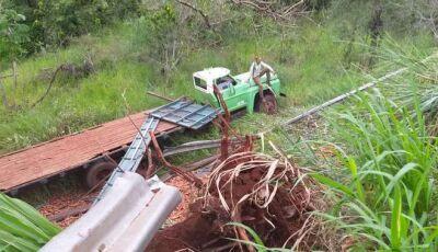 Caminhão destrói cerca de proteção e 'desce' ribanceira em DEODÁPOLIS