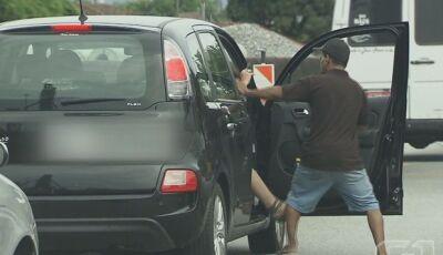 Ladrão pula na frente de carro, arranca motorista e leva veículo em Ponta Porã