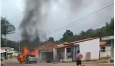 Homem se joga dentro de carro em chamas e morre após suposta traição da mulher