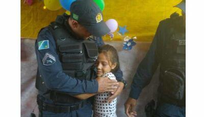 Anaurilândia: Menina fã da PM ganha festa com visita surpresa de policiais