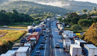 Ala dividida de caminhoneiros falam em greve no próximo dia 29 em todo o Brasil