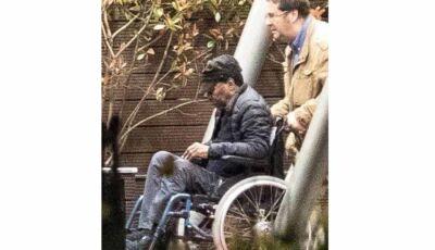 Pelé aparece de cadeira de rodas e debilitado ao embarcar em Paris após receber alta