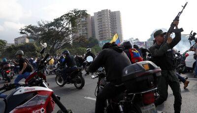 Assista: veículos militares atropelam apoiadores de Guaidó