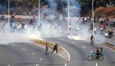 Vídeos mostram reações nas ruas após Guaidó anunciar 'fim da usurpação' de Maduro na Venezuela