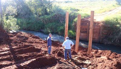 JATEÍ: Prefeitura iniciou a construção de mais uma ponte de madeira, agora sobre o córrego Formoso