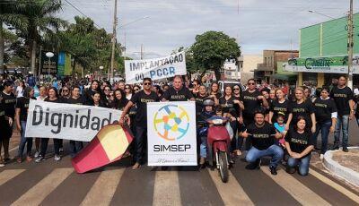 Desfile é marcado por protesto, servidores vestiram preto e pediram respeito em Glória de Dourados