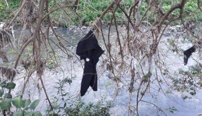 Policial ouve pedido de socorro e encontra homem gravemente ferido, dentro do rio