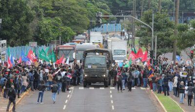 VÍDEO: Contra cortes de Bolsonaro, professores e alunos protestam na Capital