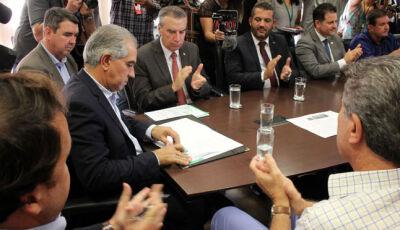 Reinaldo Azambuja assina decreto de ampliação de voos e redução de preço das passagens em MS