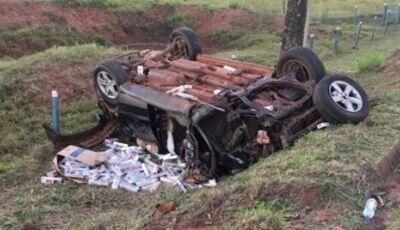 Homem morre após capotar carro carregado com cigarros