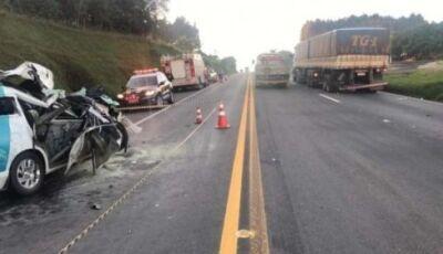 Uma pessoa morre e cinco feridos após carro da Secretaria de Saúde bater em caminhão