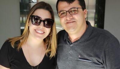 Naiara Azevedo posa em foto com prefeito Marquinhos do Dedé, ela já se encontra em Vicentina