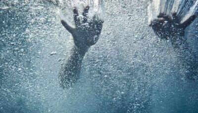 Homem morre de enfarte na banheira e mata esposa afogada